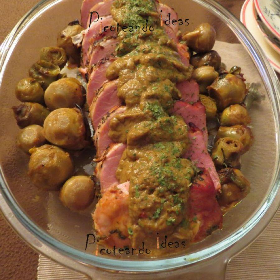 Lomo de cerdo, salsa de carne, coles de bruselas