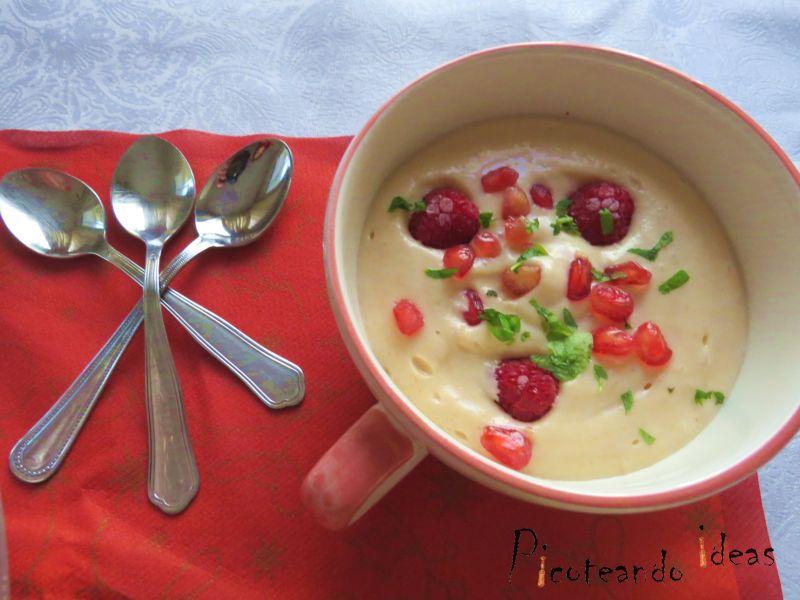 sopa de pera con frutos rojos