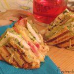 Sandwich en dos pisos de pollo y bacon