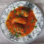 Chipirones rellenos de langostinos en salsa de tomate