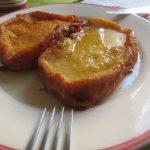 Torrijas de nata en almibar de miel