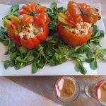 Tomate relleno de ensalada con salsa de mostaza