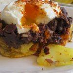 Huevos con patatas panaderas y morcilla