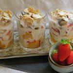 Vaso de frutas y cereales con crema