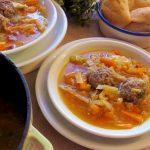 Sopa de verduras con albondigas