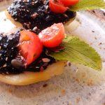 Patata rellena con alioli de ajo negro