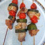 Brocheta de cerdo con salsa chimichurri verde
